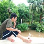 2008 – Hochwasser in Hanoi – warten und die Zeit vertreiben – Mobilfunkversorgung funktionierte – Batterie vom Mobile wurde am Notstromgenerator vom Nachbarn geladen