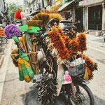 Ein mobiler Verkaufsstand [Moped] für Haushaltsartikel unterwegs in der Hanoier Altstadt.