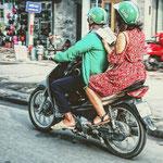 . . . per Moped-Taxi durch den Hanoier Straßenverkehr  jongliert werden,
