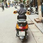 Die Wintermonate Dezember bis Februar/ März sind kalt im Norden Vietnams. Hier sorgen kuschelige Lenker-Handschuhe am Moped für warme Hände.