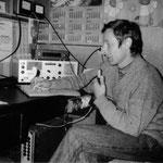 Antoni SP9FRZ przy klubowej radiostacji mieszczącej się w Zespole Szkół Zawodowych Ministerstwa Górnictwa i Energetyki Wodzisław ŚL rok 1991.