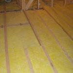 床の断熱工事1の上に断熱材を敷く