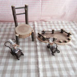 椅子とフロアーシェルフとラベンダーポプリと針金の花車