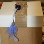 Boîte laissée brute avec médaillon de dentelle de carton, perle, fleurs séchées & plume