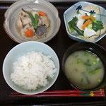 ご飯・味噌汁・筑前煮・野菜といかの塩炒め