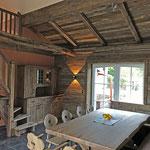 Möbel und Sitzgruppe, mit vielen schönen Details, aus original alter Eiche.