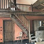 Empore, Galerie, Treppe aus wertvoller original alter Eiche beim Kunden montiert.