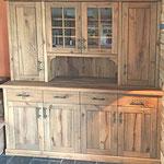 Der praktische Schrank passt nicht nur perfekt zum Ambiente, sondern ist auch noch sehr praktisch für Geschirr und Tischwäsche.