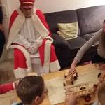 Auch dem Nikolaus gefällt das Holzspielzeug aus der Roda-Werkstatt, das das IFI-Kinderheim in Leer erhalten hat.