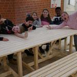 Tische und Bänke erhielt das WUDDI - Zentrum für Kinder und Jugendliche im Bürgerhaus in Münster