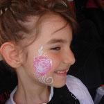 Kinderschminken Rose von den Facepainters auf dem Straßenfest  Moordorf