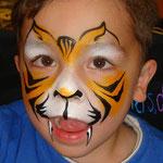 Kinderschminken als Tiger von den Facepainters am verkaufsoffenen sonntag im Multi Emden