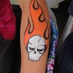 Kinderschminken Armbemalung als Flammentotenkopf von den Facepainters auf dem Straßenfest Moordorf