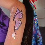 Kinderschminken als Schmetterling von den Facepainters in Greetsiel