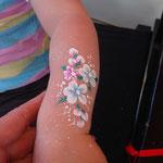 Kinderschminken Blumenarm von den Facepainters in Greetsiel