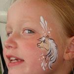 Kinderschminken, Facepainting mit Pferd von den Facepainters in Emden, Norden, Leer, Aurich, Esens, Juist, Cloppenburg, Pewsum, Krummhörn