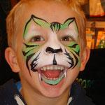 Kinderschminken als Tiger von den Facepainters im DM Markt im DOC Emden