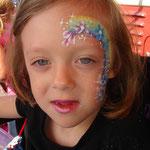 Kinderschminken von den Facepainteres auf dem Straßenfest Moordorf