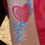 Armbemalung von den Facepainters beim Sommerfest des Elternvereins krebskranker Kinder bei Tamme Hanken