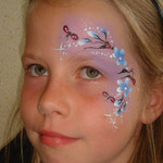 Kinderschminken beim Schulfest in Petkum