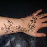 Blumenranke wie Henna von den Facepainters Hinte Emden Aurich Norden Body painting Kinderschminken oder flowers or mehndi