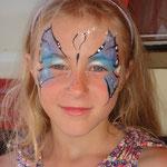 Kinderschminkene als Schmetterling von den Facepainters in Greetsiel