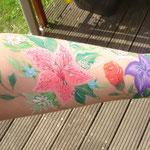 Summertime Blumentattoo Blumenarm von den Facepainters