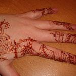 Glitter Tattoo von den Facepainters per Hand wie ein Henna Mehndi gemalt