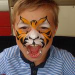 Kinderschminken als Tiger von den Facepainters auf dem Straßenfest Moordorf