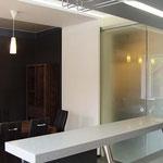 Кухня-столовая - вид на обеденный стол из-за бара