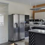Кухня-столовая - вид на островок-бар