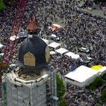10.000 Menschen, das ist in etwa die Zahl,  die am 26 Mai 2000 das Aufsetzen der Turmhaube verfolgte.