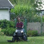 Der Chef hat unterdessen den Rasen gemäht.