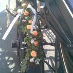 Blumenschmuck mit orangen Rosen