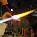 Glasstange wird erhitzt und gewickelt.