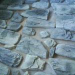 Kunststein wird ausgelegt und sortiert.