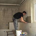 Die Wandplatten werden in der Küche geklebt
