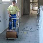 Der neu verfugte Boden wird mit einer Maschine nachgewaschen