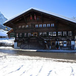Hotel Bären mit Kirche Dorf Gsteig (J.Hauswirth)