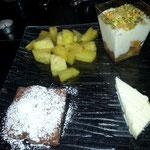 9. Gang: Brownie, warmer Ananassalat mit Vanilleglace und Mandarineschichtdessert