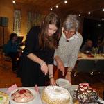 D Geburtstagsgirls am Torte schnide