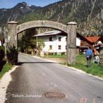 Ebensee 2003, Lagertor (heute in einem Wohngebiet), Foto: K.-P. Schambach
