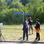 """04.06.2011 - Anlässlich des 20. Treffens der Partnergemeinden Crawinkel und Juniville haben die Bürgermeister Onno Eckert und Jean-Pol Simon den Platz hinter dem Crawinkler Bahnhof auf den Namen """"Juniville-Platz"""" getauft."""