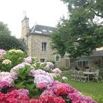 La maison vue du jardin, les hortensias en fleurs, magnifique été 2014