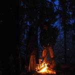 Bis tief in den Abend hinein werden Survival und Bushcraft Fragen geklärt
