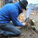Lerne wie man ein Feuer ohne Feuerzeug und Streichhölzer macht...