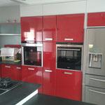 Fabrication cuisine sur mesure portes médium laqué brillant Plan de travail granit Crédence verre laqué