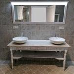 Fabrication meuble salle de bains sur mesure hêtre massif. Plan de travail granit. Miroir leds