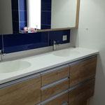 Meuble salle de bains à tiroirs. Plan vasque moulé. Meuble  haut portes coulissantes