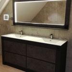 Fabrication meuble salle de bains sur mesure starifié ton bois. Plan vasque en résine moulée. Miroir éclairage leds
